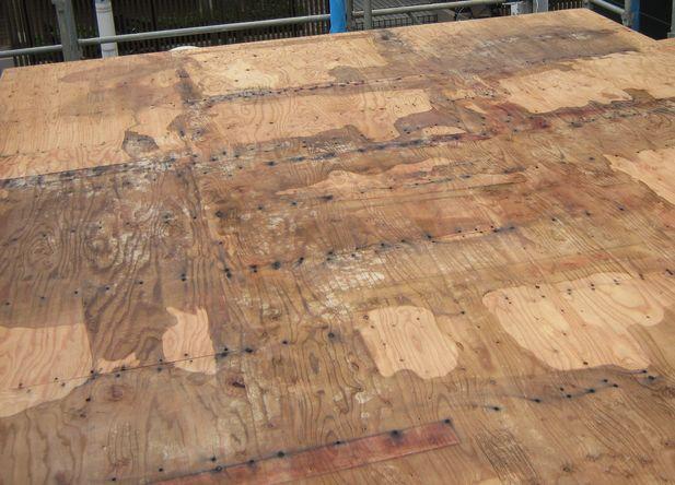 床の合板が雨に濡れて変色