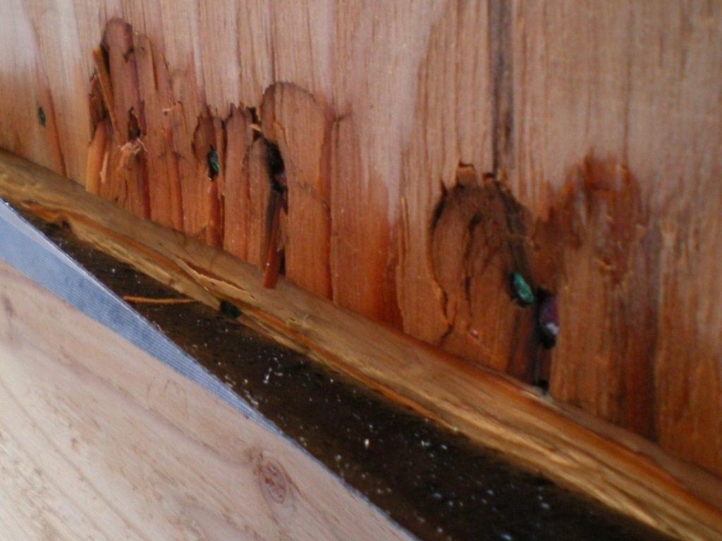 木材が削られて金具が固定