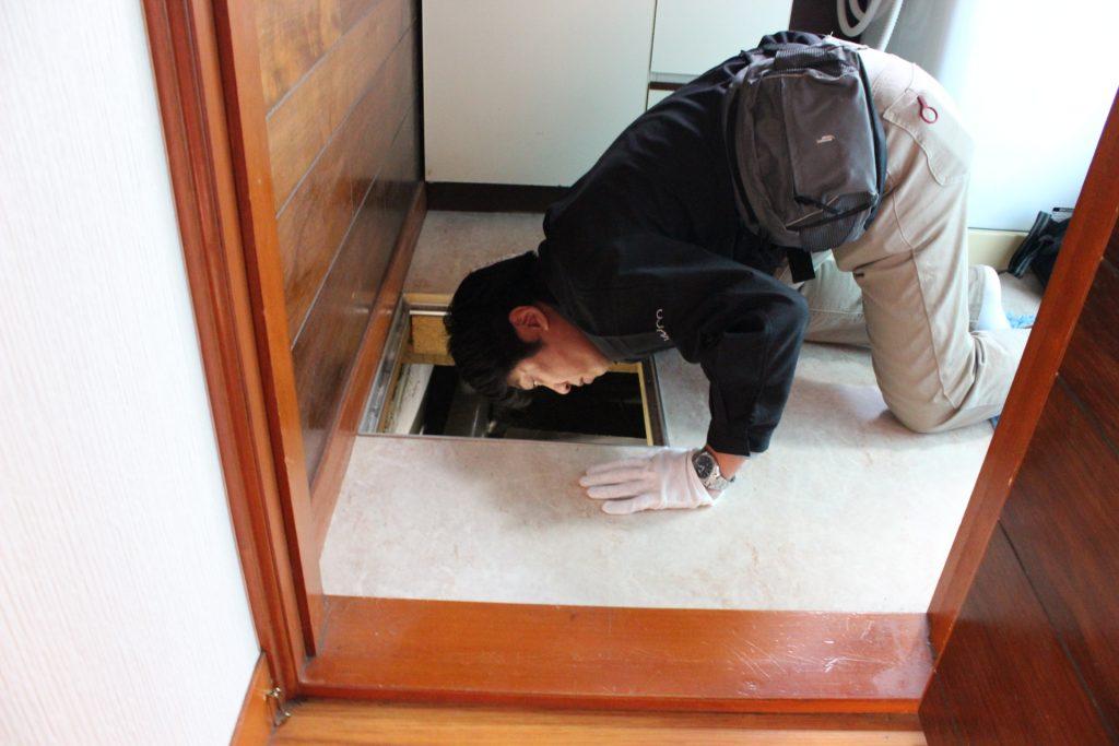 点検口から床下を点検するホームインスペクター
