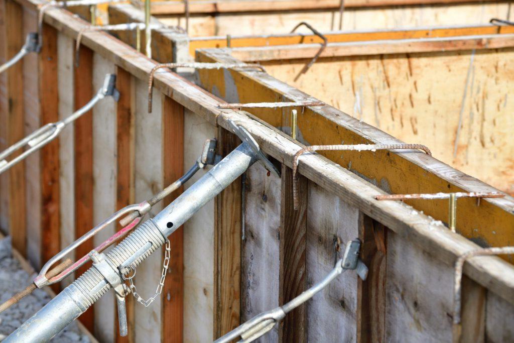 型枠を組み、コンクリートを流す