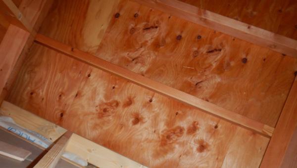 屋根裏壁の断熱材施工不足