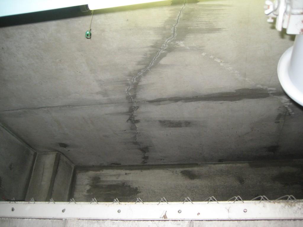 マンション駐車場天井のひび割れ