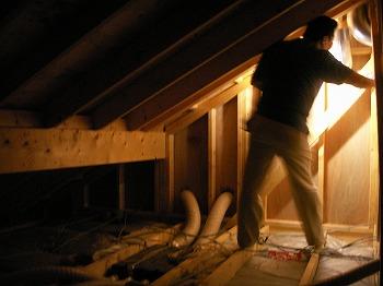屋根裏・小屋裏でのホームインスペクションの様子